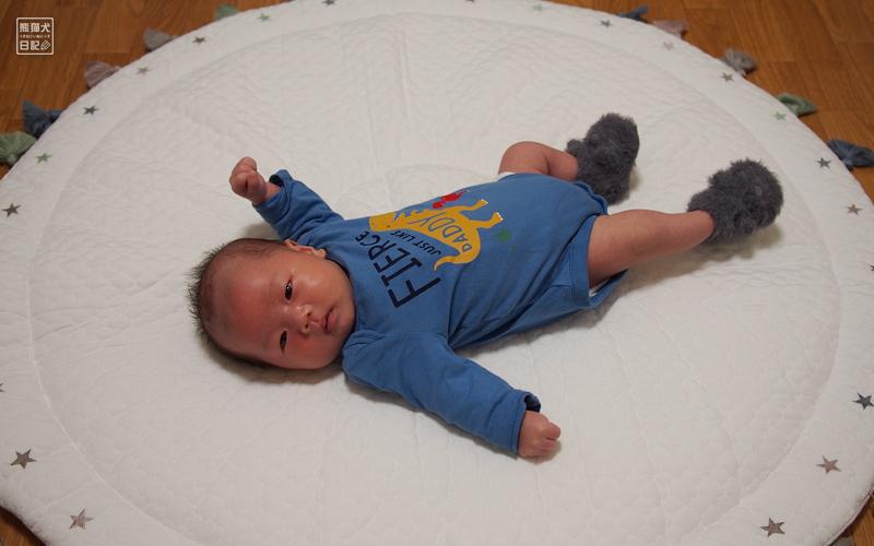 赤ん坊とグレーの毛皮靴