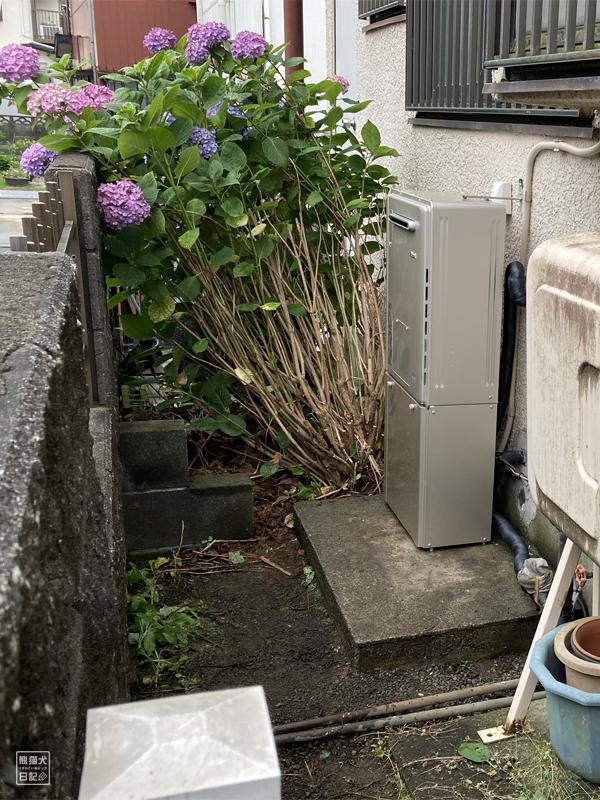 紫陽花と給湯器